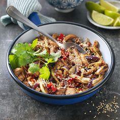 Enkel kycklingwok med sesam Kung Pao Chicken, Pasta Salad, Acai Bowl, Sushi, Asian, Breakfast, Ethnic Recipes, Food, Cilantro