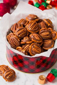 New diy christmas candy recipes desserts ideas Christmas Food Gifts, Christmas Sweets, Christmas Cooking, Holiday Desserts, Holiday Baking, Holiday Recipes, Christmas Candy, Homemade Christmas, Diy Christmas