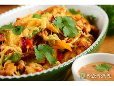 Kurczaka pokrój w paski, wymieszaj z olejem i Fixem do Gyrosa Knorr. Paprykę pokrój w paski, cebu...