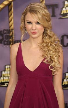 Taylor Swift rocks the 'greek goddess' look with a side swept pony and beautiful curls cascading!