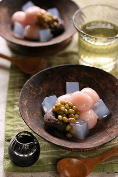 Pretty Shiratama dessert shiratama dango (a kind of rice cake), kanten jelly, azuki bean jam, sweet mung beans, black syrup Japanese Sweets, Japanese Food, Japanese Wagashi, Dessert Chef, Dessert Recipes, Sushi Recipes, Cute Food, Yummy Food, Asian Desserts