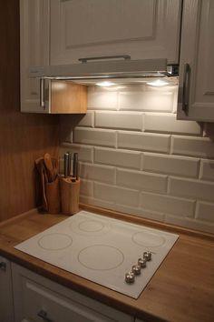 Дизайн белой угловой кухни ЗОВ 9 кв.м в классическом стиле Bathroom, Decor, Kitchen Interior, Kitchen, Home, Interior, Bathtub, Home Decor