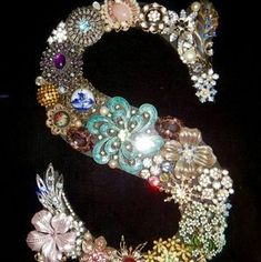 Vintage Jewelry Crafts Initial picture made with Antique Brooches for a Nieces Wedding gift Costume Jewelry Crafts, Vintage Jewelry Crafts, Antique Jewelry, Button Art, Button Crafts, Antique Brooches, Jewelry Tree, Diy Schmuck, Ring Verlobung