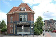 Het winkelbedrijf P. de Gruyter & Zn uit Den Bosch groeide aan het begin van de twintigste eeuw uit tot een landelijke onderneming. Het kruideniersbedrijf richtte voor de verkoop van haar kwaliteitsproducten, waarmee zij zich vooral richtte op de bovenlaag van de bevolking, een groot aantal eigen winkels in. Deze formule sloeg ook in Nijmegen aan.