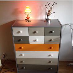 Ommålad IKEA-byrå i grått, vitt och orange. Ikea hack.