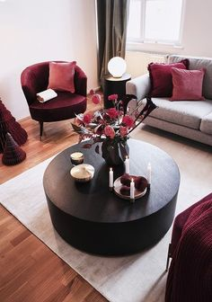 Die roten Farbakzente in diesem wunderschönen Woh. Noble and at the same time modern! The red color accents in this beautiful living room create a unique look. Home Living, Living Room Sofa, Living Room Interior, Living Room Decor, Modern Living, Colourful Living Room, Beautiful Living Rooms, Easy Home Decor, Home Decor Trends