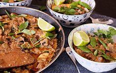 Kari není nikdy dost! Zvláště s lilkem, koriandrem, burákovým máslem a thajskou bazalkou. Bylinky na mém stole! Curry, Asian, Chicken, Meat, Ethnic Recipes, Food, Curries, Asian Cat, Eten