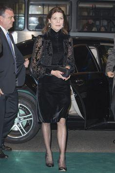 Carolina de Mónaco en la gala anual de AMADE con un total look de terciopelo y encaje negro, clutch de Bottega Beneta y stilettos. Febrero 2014