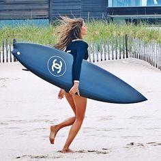 Top brasileira divide os bastidores da nova campanha da Chanel em que aparece na praia com prancha-desejo da grife