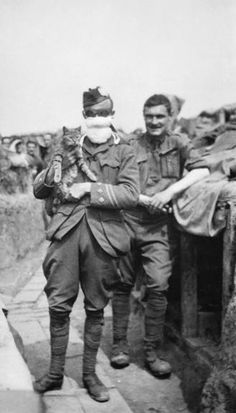 1st Cameronians. Capt. H. H. Lee in gas-mask and goggles. Bois Grenier Sector, 20th May 1915.