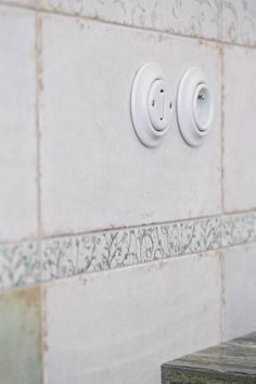 Retro vypínače od výrobce ABB do koupelny ve stylu Provence dokonale pasují.