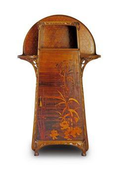 Louis Majorelle (1859-1926), Meuble d'apparat en noyer mouluré et sculpté fait en divers bois fruitiers, signé dans la marqueterie sur la porte, 172 x 96 x 38 cm. Frais compris : 33 825 €. Saint-Étienne, samedi 3 octobre. Hôtel des ventes du Marais SVV. M. Roche.