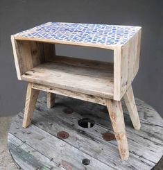 Table de chevet en bois de palette avec un motif sérigraphié qui s'inspire du Rajasthan