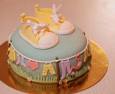 Una tenera torta con dolci decorazioni a tema scarpette bebè - Torte baby shower