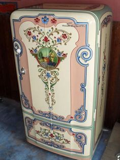 """magicalhomestead: """"A vintage fridge looking fabulous- even it doesn't work, I'd use it for storage. """" This is a type of art called """"fileteado"""" that is typical in Argentina, and was particularly featured in buses some decades ago. Vintage Fridge, Vintage Refrigerator, Painting Appliances, Painted Fridge, Vintage Kitchen Appliances, Kitchen Gadgets, Fridge Decor, Decoration Stickers, Arte Popular"""