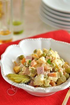 Салат Оливье ветчина или вареная колбаса (можно заменить отварной курицей) - 200-250г, картофель (средний) - 4 шт, морковь - 1 шт, яйца - 4 шт, лук репчатый (средняя луковица) - 1 шт, огурцы маринованные (корнишоны) - 4 шт, яблоко (кислое) - 1 шт (по желанию), горошек зеленый - 1 банка, майонез, соль, свежемолотый перец