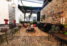 Área externa para receber amigos, com toque de conforto e modernidade vemos no ambiente by Elaine Benedetti #decoracaodeinteriores #design #sofa #mesadecentro #banco #cadeira #areaexterna #elainebenedetti