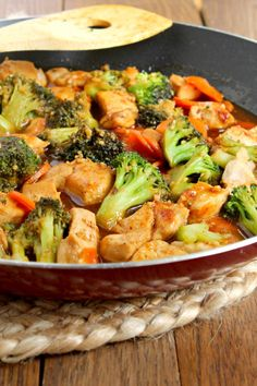Stir fry and garlic are staples around here. This honey garlic chicken stir fry with broccoli & carrots combines both of those to make a delicious and healthy meal the family loves! fry recipe no meat Honey Garlic Chicken Stir Fry with Broccoli & Carrots Garlic Chicken Stir Fry, Thai Garlic Chicken Recipe, Chicken Broccoli Carrots Recipe, Soy Sauce Chicken, Asian Recipes, Healthy Recipes, Healthy Stir Fry, Clean Eating, Healthy Eating
