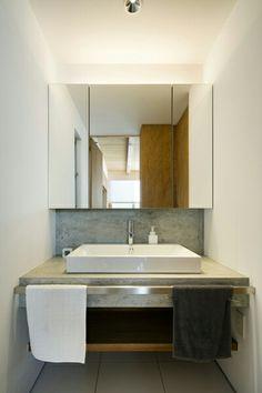 モルタル塗りの天板に陶器の洗面器