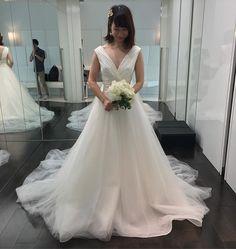 . . My 2nd dress is Carolina Herrera♡ . Vネックが似合うと、担当さんがおすすめで持ってきてくださったクロエ。着た瞬間、稲妻にうたれました。。 . 上品なVネックとふんわりチュールが、クラシカルさもありつつモダンな印象で、幅のあるウエストマークもツボ。チュールのボリュームもドンピシャです。後ろ姿も完璧。コスタレロスはトレーンが無いので、トレーンがあるドレスを着たいという憧れも満たしてくれる、私にとってはどこをとっても完全無欠なドレス!コスタレロスのロングスリーブ→クロエの流れは、今の私に考えられる最高の組み合わせで、即決しました✨ My dressが好きすぎて、大げさですみません。笑 . ドレスを試着しはじめた当時は、自分の体型にも今以上に自信が無かったし、似合うドレスに出会えず妥協して選んだもので当日を迎えるのかも、、って不安だったので、こんな風に思えるドレスに出会えて、本当に良かった。。これからは、小物合わせや、旦那さんの衣装合わせが楽しみです💓 . #プレ花嫁 #2017春婚 #ウェディングドレス #novarese #ノバレーゼ…