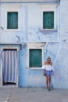 Blending in with the bluse building of Burano | Venice, Italy: www.ohhcouture.co... | #ohhcouture #leoniehanne