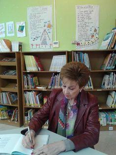 Dedicatoria en la Biblioteca Pública Escuelas Dorado de Langreo. En la pared...dos poemas de la autora. ;)
