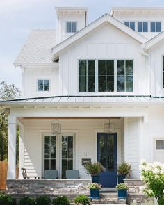 63 Most Beautiful White Farmhouse Exterior Design Ideas For 2019 > Fieltro. Modern Farmhouse Interiors, Modern Farmhouse Style, Farmhouse Design, Fresh Farmhouse, Modern Cottage, Exterior Siding, Exterior House Colors, Exterior Design, Exterior Paint