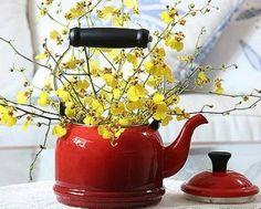 Decore com bules e chaleiras...  http://www.facebook.com/BazarArtesanato