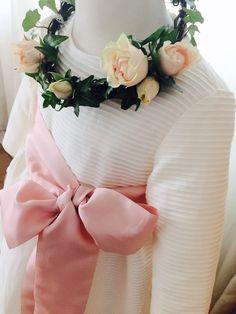Detalle de corona de flores naturales con rosa y hiedra natural, ideal para comunión estilo vintage. Vestido de Petritas