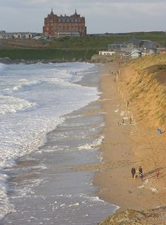 The Headland Hotel and Fistral beach at high tide. Beautiful Places In England, Places To Travel, Places To Visit, Cornish Coast, High Tide, English Countryside, Somerset, Great Britain, Vacation Ideas
