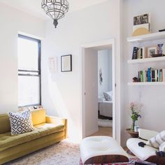 Take a lil sneak peek into our editor @annazgray's adorably chic East Village apartment that proves size is no obstacle when you know how to use it best.✨ #smallspacevictories #chicsneakpeek // Photo by @claireesparros.
