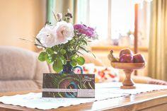 Lust auf stressfreie Tage? Oder den #Apfel? Die #Blumen sehen auch gut aus. Unsere #Ferienwohnung in #Goehren auf #Ruegen wartet auf Euren #Besuch :-) #Urlaub #Ostsee #ferien #unterkunft #fewo #reisen #insel #ostseebad #rose #flyer Flyer, Place Cards, Place Card Holders, Table Decorations, Home Decor, Peacock, Island, Flowers, Nice Asses