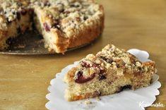 Ένα πλούσιο κέικ φρούτων που μοσχομυρίζει καλοκαίρι. Ζουμερά φρούτα φωλιάζουν μέσα στην αφράτη ζύμη του κάνοντας κάθε μπουκιά ξεχωριστή. Γλυκά μούρα, αρωματικές φράουλες, λαχταριστά κεράσια, υπόξιν…