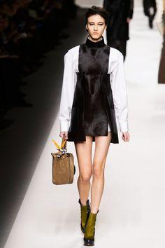 Fendi Fall/Winter 2015 Fashion Show - Look 36 Doutzen Kroes, Moschino, Fendi Designer, Latest Fashion Design, Got The Look, Fall Winter 2015, Fashion Show, Milan Fashion, Ready To Wear