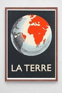 La Terre, fin hand-screentryckt affisch från den engelske designer/illustratören Merrick Angle. Han har inspirerats av gamla skolplancher och exprimenterat mycket med gamla trycktekniker, mixat analoga och digitala tekniker innan han blev nöjd med resultatet. En riktigt fin affisch tryckt på ett exklusivt 270g papper. Ram ingår ej.