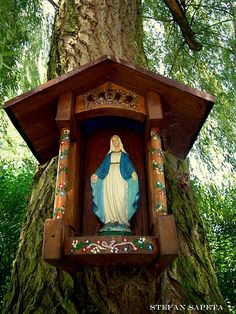 Marian outdoor grotto for garden- Mary Queen of Hearts. Marian Garden, Prayer Garden, Home Altar, Blessed Mother Mary, Before Wedding, Chapelle, Kirchen, Religious Art, Catholic