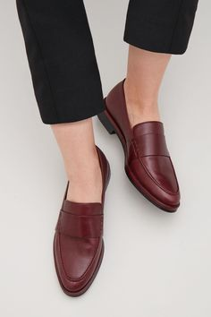 Tendance Chaussures 2018 : Description COS image 8 of Classic leather loafers in Maroon Loafers Outfit, Oxford Shoes Outfit, Loafer Shoes, Dress Shoes, Women's Shoes, Pretty Shoes, Cute Shoes, Me Too Shoes, Style Personnel