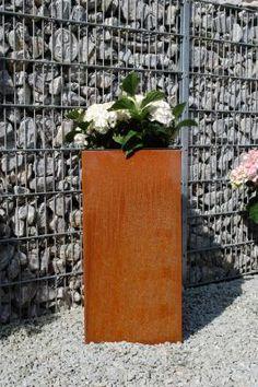 Pflanzkübel Block 80 aus Cortenstahl - die Oberfläche verändert sich im Lauf von Wochen und macht den Kübel zum Unikat