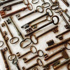 Se uma destas abrisse todas as portas q precisamos, né?!  #antiques #chiave #antiguidades #oneofakind #tesouro