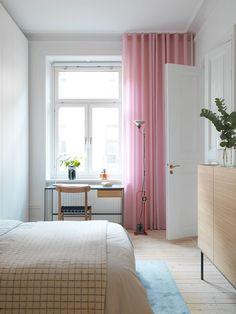 Hemma hos formgivaren Johan Ridderstråle möter det tidiga 1900-talet 2000-talet. Varma träslag och dova pasteller sätter färg på den ljusa lägenheten.