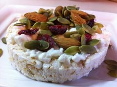 Pimp Your Rice Cake: 15 Creative Rice Cake Toppings. Cottage Cheese on Rice Cake Topped with Nuts (Gluten Free Check Mix) Rice Snacks, Healthy Snacks, Eat Healthy, Healthy Recipes, Vegetarian Protein Powder, Vegan Vegetarian, Best Greek Yogurt, Breakfast Snacks, Breakfast Recipes