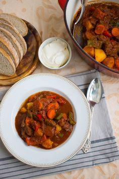 Oj vilken fantastiskt mustig ungersk gulaschgjord på mitt vis. Mycket god gryta som gärna får puttra i några timmar så köttet blir riktigt mört och smakerna på kryddorna får komma fram. Den serveras med gott ungerskt potatisbröd. Potatisen i brödet ger den en härlig karaktär och en mjuk konsistens. Passar utmärkt att doppa i grytan. 6 portioner Ungersk gulasch 1 kg högrev, hacka och skär i grytbitar 4-5 mellanstora potatisar, skala och dela i mitten 2 paprikor av valfri färg, skär i bitar 2…