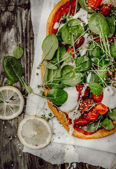 Oh Boy! Wieso bin ich nicht früher darauf gekommen endlich einmal die Quinoa Pizza Crust auszuprobieren? Seit ich nun das erste Mal Quinoa-Pizza gebacken habe, gibt's bei uns mindestens einmal pro Tag Pizza haha. Kein Witz! Was soll ich sagen, Alex wehrt sich nicht und findet es sogar richtig gut. Er ist bei Pizza immer recht schwer zu überzeugen, das sollte wohl angemerkt werden, denn in Sachen Pizzasteht er nicht unbedingt auf die #healthyglutenfree Variante, sondern will den Weeeeizen…