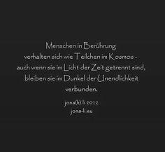 text, prosa, Menschen, Berührung, Beruehrung, Teilchen, Kosmos, Licht, Zeit, Dunkel, Unendlichkeit, verhalten, getrennt, verbunden, jona(h) li, Johanna Maria Lindner, jona(h) li 2012, schwarz, anthrazit, dunkel, silber, schrift, ernst, trauer, kondolenz, papyrus
