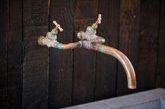 BeukenPine is een combinatie van beuken- en vurenhout wat een modern-klassieke look geeft in uw interieur. Samen met de strakke betonnen wasbak en de handgemaakte koperen kraan ziet u de eenvoud (less is more) die dit badkamermeubel siert. De wasbak is verkrijgbaar in vier verschillende kleuren beton. De maten van het meubel zijn: L= 119cm B= 45cm H= 77cm De buitenmaten