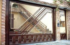 Portão de Tela EP-607 com preenchimento de tela, pode conter detalhes em chapa ou madeira.
