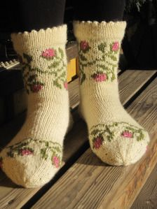 Lovely and snuggly Loom Knitting, Knitting Socks, Hand Knitting, Knitting Patterns, Knit Socks, Mitten Gloves, Mittens, Cool Socks, Warm Socks