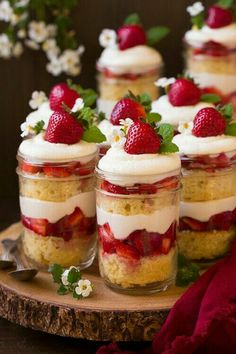 Strawberry Shortcake Trifles: Add a refreshing dessert touch by mixing layers of strawberries into your trifle. Find more easy Christmas trifle recipes and dessert ideas that have chocolate, gingerbread and fruit here. Mini Desserts, Beaux Desserts, Mason Jar Desserts, Spring Desserts, Summer Dessert Recipes, Desserts For A Crowd, Trifle Desserts, Chocolate Desserts, Brunch Recipes