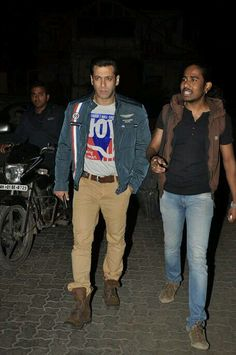 Salman Khan was snapped late last night on the street of Bandra. Onlookers saw the generous side of the superstar as Salman met up with a strugglin. Sultan Salman Khan, Imran Khan, Prem Ratan Dhan Payo, Salman Khan Wallpapers, Salman Khan Photo, Palladium Boots, Celebs, Celebrities, Famous People