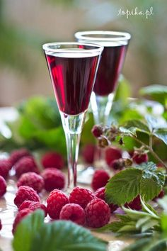 Not this exact recipe but I love infusing vodka and gin with raspberries and fruit Yummy Drinks, Healthy Drinks, Homemade Wine Recipes, Raspberry Liqueur, B Food, Summer Kitchen, Polish Recipes, Cocktails, Summer Fruit
